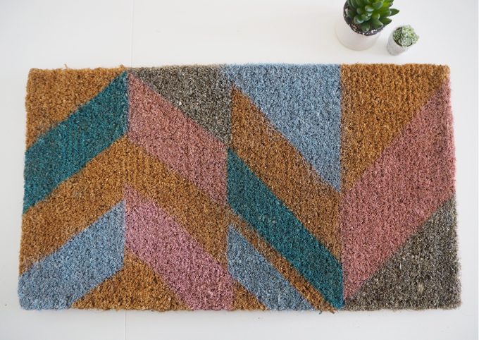 DIY Geometic Door Mat | MadeUpStyle - finished mat