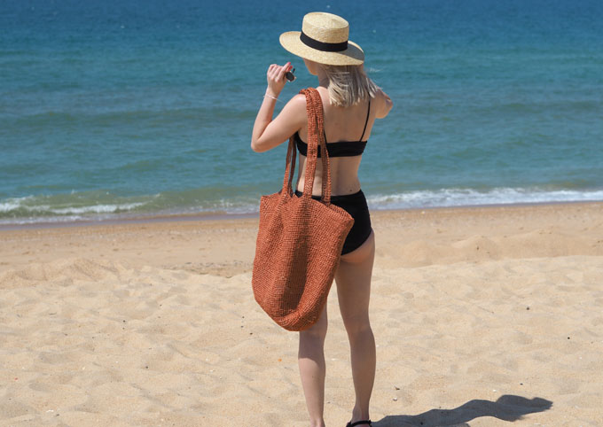 How to crochet a raffia beach bag with Wool and the Gang Bad Romance Kit finished bag