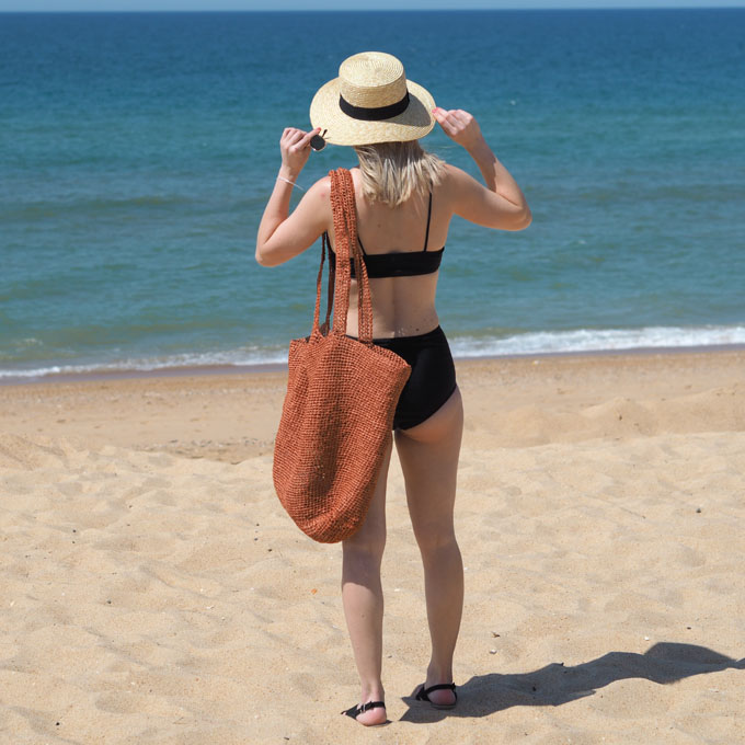 How to crochet a raffia beach bag with Wool and the Gang Bad Romance Kit side view bag