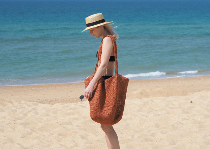 How to crochet a raffia beach bag with Wool and the Gang Bad Romance Kit side view