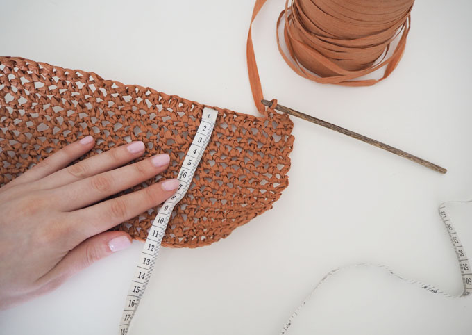 How to crochet a raffia beach bag with Wool and the Gang Bad Romance Kit making the base